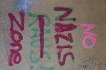 Gesprayter Slogan gegen Nazis an einer Hauswand