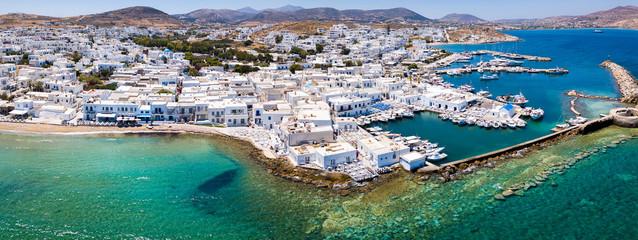 Panoramablick auf das traditionelle Fischerdorf Naousa auf der Insel Paros mit türkisem Wasser und weißen Häusern, Kykladen, Griechenland