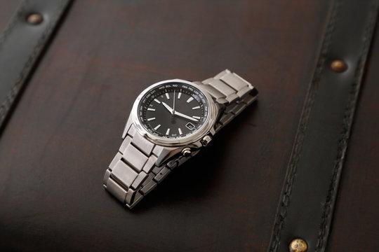 アンティークなカバンと腕時計