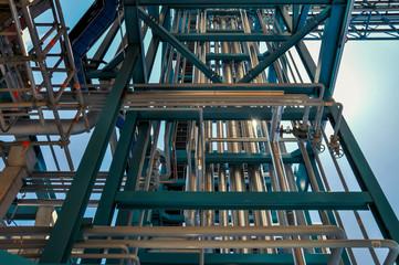 Enchevêtrement de conduits et tuyaux sur un chantier d'une usine