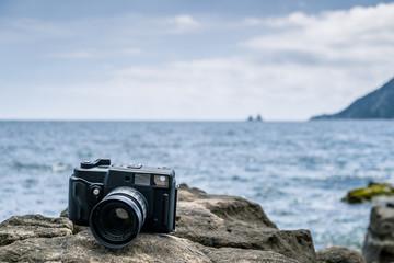 Appareil photo sur un rocher face à la mer