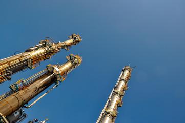 Colonnes de distillation d'une usine pétrochimique spécialisé dans le polymère