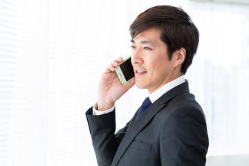 電話をするミドル男性 ビジネス