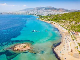 Photo sur Plexiglas Athenes Der Strand von Kavouri im südlichen Athen mit türkisem Wasser und Sicht auf die Stadt, Vouliagmeni, Athen