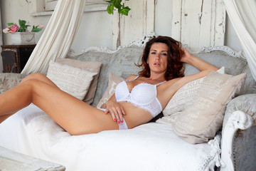 Fototapeta bella donna in relax dentro casa obraz
