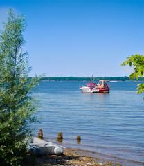 Übersetzen mit dem Schlauchboot ans Ufer