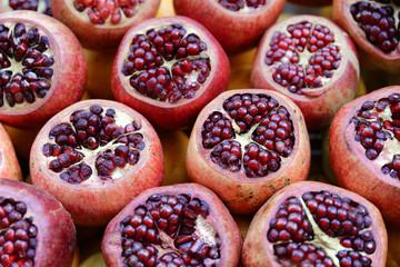 Granatäpfel, liegen angeschnitten an einem Marktstand, Istanbul, Türkei, Asien