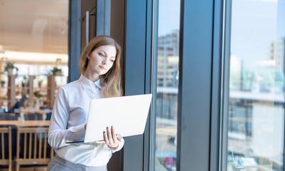 ノートパソコンを持つ白人女性