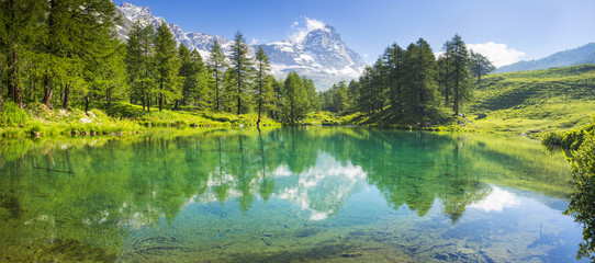 Photo sur Plexiglas Lac / Etang panorama with lake and Matterhorn in Italy
