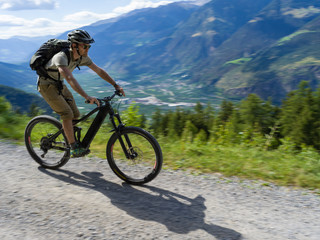 Young athlete riding bike through Italien Alps - E-Bike