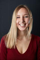 Junge lächelnde Frau mit blonder Frisur