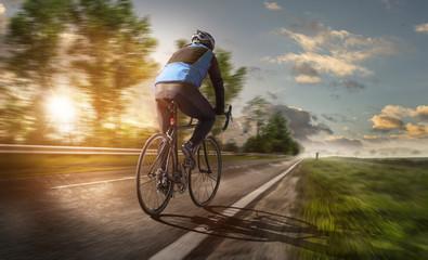 Radsportler fährt bei Sonnenuntergang