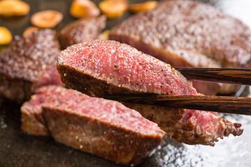焼き上がったステーキ肉