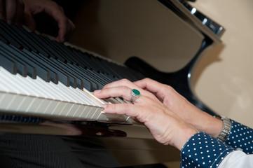 hände spielen piano klavier klavierspieler