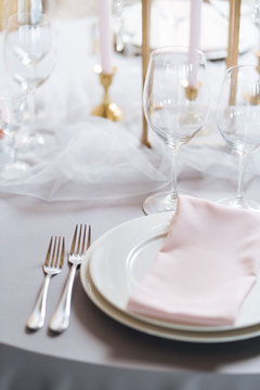 Elegant table setting with crystals and veil
