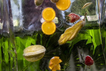 Früchte, die in einem Eisblock eingeschlossen sind.