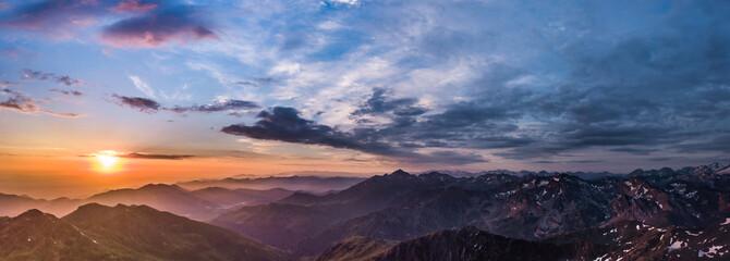 Panorama de la chaîne des Pyrénées au levé du jour