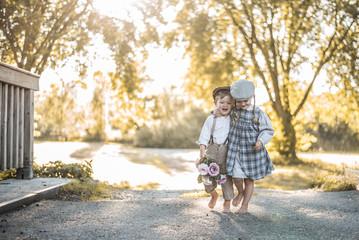 Kinder in Vintagekleidung sind glücklich