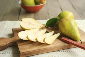 Fototapete - Cut pears on wooden board