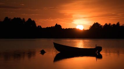 Zachód słońca nad wodą, łódka, jezioro