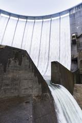 日本宮城の鳴子ダムすだれ放流