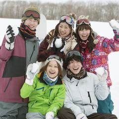 雪玉を持ち微笑む若者たち