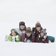 雪原に寝転び微笑む若者たち