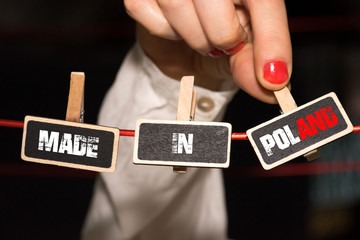Eine Frau und Slogan Made in Poland