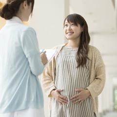 看護師と話をする妊婦