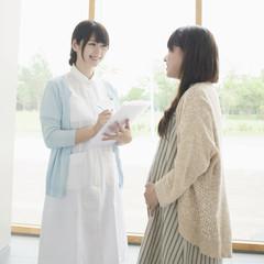 妊婦と話をする看護師