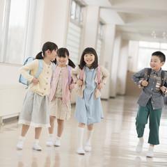 学校の廊下を歩く小学生