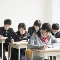 教室でテストを受ける学生