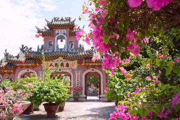 Phuc Kien Assembly Hall & bougainvillea flowers in Hoi An, Vietnam ホイアンの福建会館とブーゲンビリア
