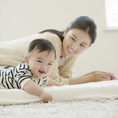 微笑む赤ちゃんと母親