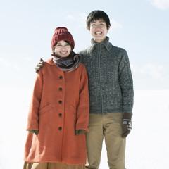 雪原で微笑むカップル