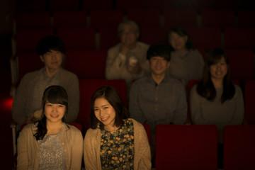 映画を見る2人の女性