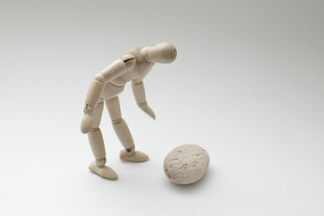 石を見つめるポーズ