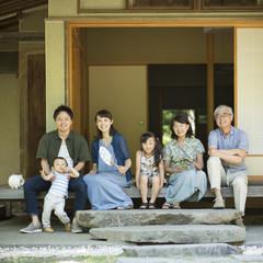 縁側で涼む3世代家族