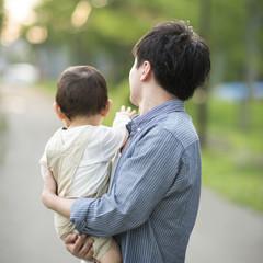 子供を抱く父親