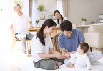 赤ちゃんをあやす両親と祖父母