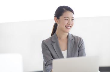 オフィスで笑顔のビジネス女性