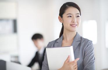 ファイルを持つビジネス女性