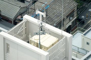 ビルの屋上・イメージ・給水タンク・携帯電話アンテナ