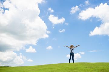 草原で寛ぐ女性