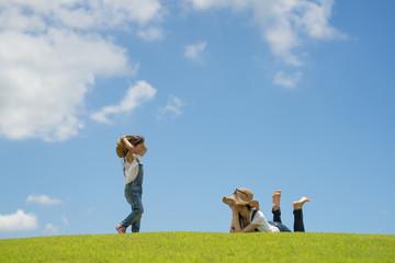 草原で寛ぐ親子