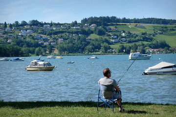 Pêcheur sur la rive.