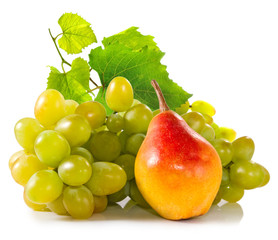Fototapete - isolated image of grapes and pears closeup