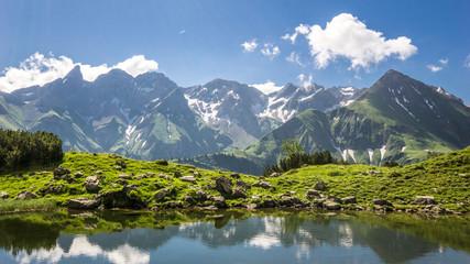 Berge mit See und Spiegelung im Allgäu