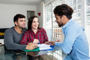 Paar im Gespräch mit Finanzberater