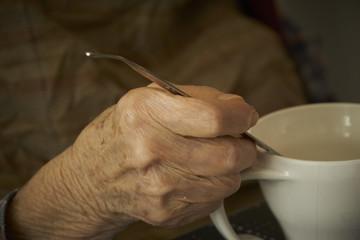 高齢者の手 食事